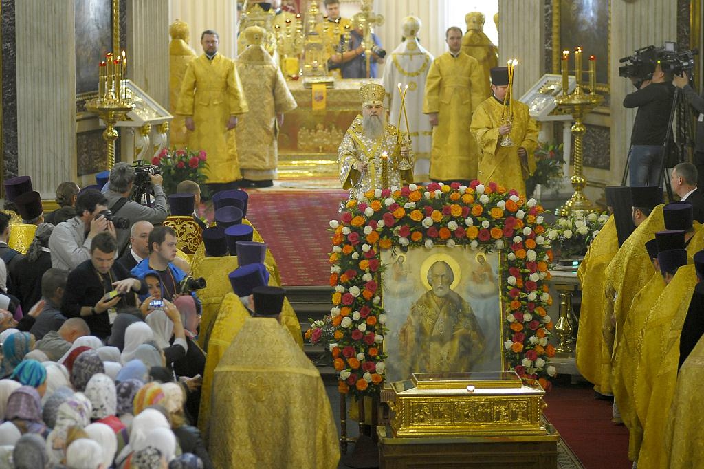 Митрополит Варсонофий возглавил Божественную литургию в Александро-Невской лавре